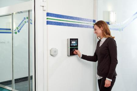 Elektronische Zeiterfassung, wie hier am primion-Terminal ADT 1100, wird künftig verpflichtend und erleichert die Arbeit der Personalabteilung ganz erheblich