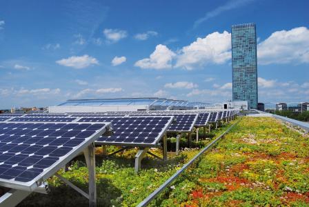 Die Flachdachnutzung der Zukunft ist vielseitig – Gute Beispiele gibt es allerdings schon heute, wie auch dieses Solar-Gründach zeigt. Quelle: ZinCo GmbH