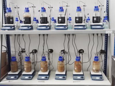 Batchversuchsstand zur Sondierung geeigneter Parameter für die biologische Röntgenkontrastmittelentfernung, © DBI-Gruppe