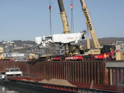 Verladen des Surface Miners vom LKW auf den Frachter in Andernach/Rhein (Quelle: Wirtgen Group)