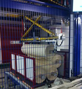 Der Roboter sortiert und kommissioniert die Textilrollen aus einem Behälter heraus, legt diese auf seinen Sortiertisch und gibt die Rollen in die Zielpalette hinein.