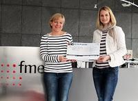 fme Mitarbeiterin Jasmin Denecke (rechts) überreicht Petra Gottsand, Hospizleitung des Hospizes am Hohen Tore Braunschweig (links) den Spendenscheck.