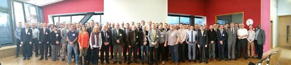 """Teilnehmer und Veranstalter der IEBW in Aachen stehen für """"Electron Beam Welding in the World"""". (Quelle: AWS)"""