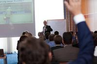 """Volles Haus bei der acmeo Partnerkonferenz – so auch beim Vortrag von Olaf Kaiser (iTeam Systemhauskooperation) zum Thema """"Weniger Vertrieb - mehr Umsatz"""""""