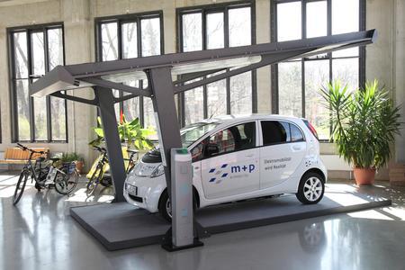 Elektroauto unter einem Solarcarport