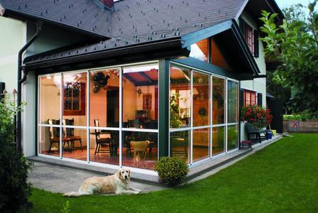 Ganz geschlossen, ganz auf oder teilweise geöffnet – mit Schiebeelementen von Neher Multiraum wird die überdachte Terrasse zum Wohlfühlplatz