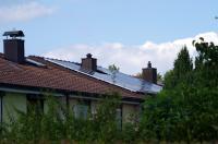 Montierte Photovoltaikanlage auf einem Reihenhaus in Nürnberg ©iKratos