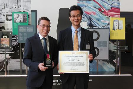 "Ein Strahlen für die Kamera: Dr. Peter Bührle, Leiter Geschäftsbereich Getriebetechnologien Schaeffler, erhält den ""Project Contribution Award"" von Shigeo Tsuzuki, Deputy Chief Officer Purchasing Division Aisin AW Co. LTD.."