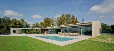 Offen zu Licht und Sonne: das private Einfamilienhaus in Elche, südwestlich von Alicante im Inland gelegen / Bildnachweis: Schüco International KG / David Frutos