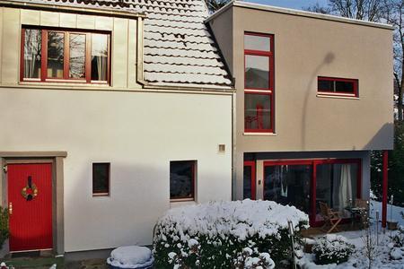 Dezentes Grau: Die Fassade des Kubus wurde mit einem Putz aus dem INTHERMO Systemprodukte-Sortiment gestaltet. (Foto: Achim Zielke für INTHERMO)