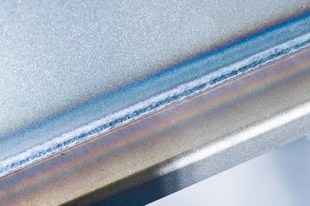 """Wärmeminimierter Lichtbogen mit vielen Vorteilen - Durch den wärmeminimierten Lichtbogen """"forceArc puls"""" entstehen deutlich weniger Anlauffarben / Zudem minimiert die geringere Wärmeeinbringung den Verzug / Darüber hinaus ist damit eine ausgezeichnete Spaltüberbrückung gewährleistet / Foto: EWM AG"""