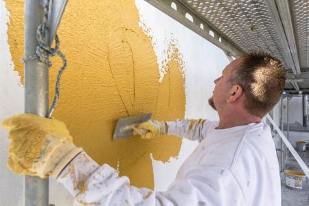 """Denkmalschutz und Caparol FarbDesignStudio befundeten als Fassadenton das klassische """"Amberger Gelb"""". Foto: Caparol Farben Lacke Bautenschutz/blitzwerk.de"""
