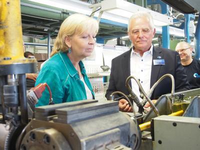 Geschäftsführer Peter Bröckskes erklärte der Ministerpräsidentin Hannelore Kraft die komplexen Arbeitsschritte bei der Produktion einer Leitung  / Bildquelle: SAB_H. Kraft_Bild 2
