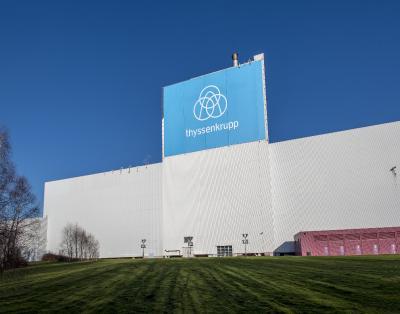 Der Turm der Veredlungsanlage ist eines der höchsten Gebäude in Bochum und eine markante Landmarke an der viel befahrenen Autobahn A 40 / Foto: thyssenkrupp Steel Europe AG