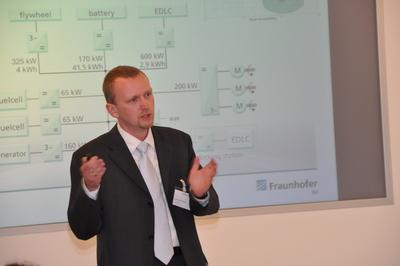 """Dr. Ulrich Potthoff (Fraunhofer-IVI) erläuterte bei der Veranstaltung des Forum ElektroMobilität e.V. das Demonstrator-Projekt """"AutoTram"""""""