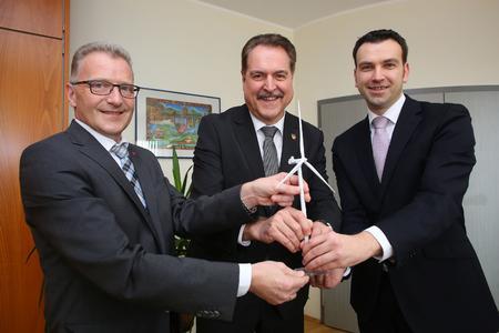 .l.n.r.: Armin Marx (Vorstandsmitglied NEW AG), Bürgermeister Wolfgang Jungnitsch und Tafil Pufja (Geschäftsführer NEW Re) setzten gemeinsam auf den Ausbau erneuerbarer Energien/ Foto: NEW AG