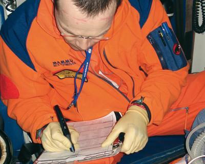 """Der ADAC-Notarzt trägt alle relevanten Daten mit dem digitalen Stift von Anoto auf das Notarztprotokoll """"dotforms rescue"""" von DiagrammHalbach ein. Alle Daten werden damit während des Schreibens digitalisiert. (Quelle ADAC)"""