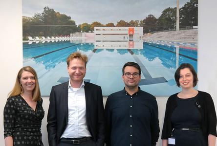 FRAMOS Young Art Collection - Ute Häußler (Marketing), Dr. Andreas Franz (CEO), Robert Götzfried und  Silvia Ostermeier (HR) vor dem Kunstwerk