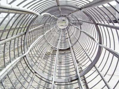 Die BKT wird von 834 RAUGEO collect PE-Xa-Energiepfählen unterstützt, die in die Gründungspfähle des Gebäudes eingebracht sind (Bildrechte: REHAU)