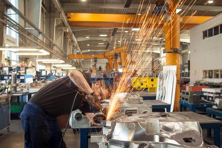 Ein Blick in die Werkhalle der WESOBA. Foto: Gordon Welters/Regionalmanagement Erzgebirge