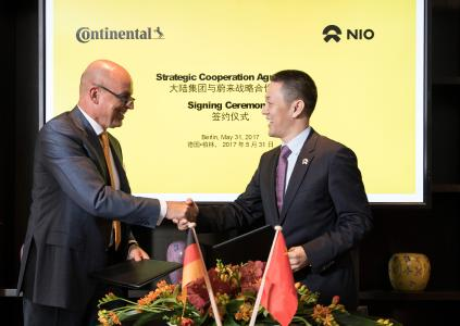 Frank Jourdan, Member of the Executive Board of Continental and President of the Chassis & Safety Division, and William Li, founder and chairman of NIO, after signing the agreement this Wednesday in Berlin / © Continental AG