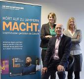 """VTL unterstützt die Imagekampagne """"Logistikhelden"""" (von links): Johanna Birkhan (Mitglied der Geschäftsleitung),  Andreas Jäschke (Geschäftsführer), Patricia Geiter (Speditionsleiterin) Foto: VTL"""