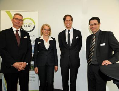 Gastgeber und Referenten zogen positive Bilanz der ersten Dialogrunde: v. l. Hans‐Ulrich Hartwig (Hessisches Ministerium der Finanzen), Dr. Antje Grobe (Dialog Basis), Dr. Ralf Murjahn (DAW SE) und Axel Scheelhaase (Deutsche Energie‐Agentur)
