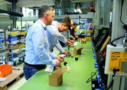 Händlerschulungen im kleinen Kreis vermitteln detailliertes Fachwissen, das Kundengespräche erleichtert. (Quelle: Bürkert Fluid Control Systems)