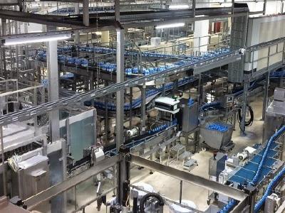 TGL Feuchtraumleuchten leuchten breitstrahlend größte Flächen in der Getränkeabfüllanlage des Konzerns Hansa-Heemann optimal aus