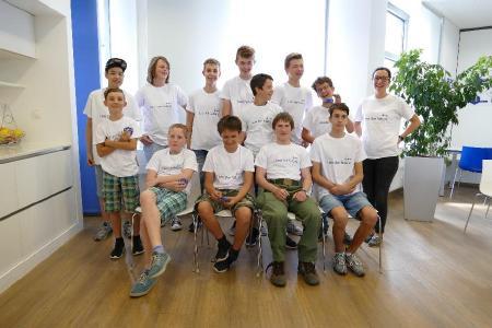 Junge Konstrukteure mit Seminarleiterin Claudia Engmann