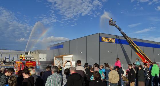 Zahlreiche Zuschauer verfolgten das Geschehen vom sicheren GEZE Firmenparkplatz (Bild: GEZE GmbH)