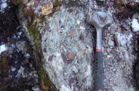 Spodumen in Pegmatit; Foro: Nova MInerals