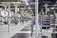Mit dem Rohrklemmsystem Logiform von NeoLog wurden Arbeitsplätze, Durchlaufregale und Bereitstellungswagen gebaut / Bildquelle: CUBE Bikes