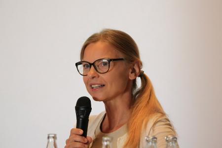 """Åsa Petersson, Geschäftsführerin der Region Mainfranken GmbH führte  beim """"Denker treffen Lenker""""-Innovationsdialog in Kreuzwertheim-Wiebelbach durchs Programm"""