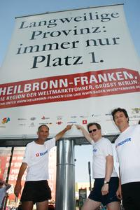 Weltrekordler Jürgen Mennel bei der Mega-Flag am Potsdamer Platz in Berlin