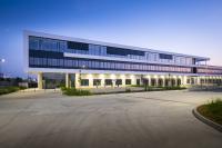 Das Logistikzentrum in Kelsterbach/ Frankfurt zeichnet sich nicht nur durch seine hohen Anforderungen an Nachhaltigkeit aus, sondern erfüllt auch ästhetische Ansprüche (Bildquelle: Firmengruppe Max Bögl / Henning Kreft)