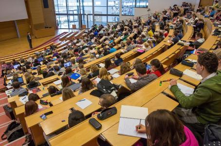 Studium an der Fakultät für Wirtschaftswissenschaften und Medien der TU Ilmenau in Vor-Corona-Zeiten © TU Ilmenau Michael Reichel