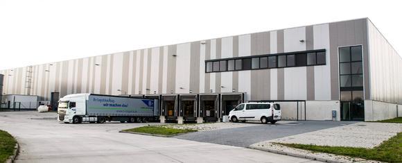 Mit der neuen Lagerhalle in Eppertshausen schafft B+S zusätzliche 7.500 Quadratmeter Lagerfläche für die Pharmalogistik / Foto: B+S GmbH