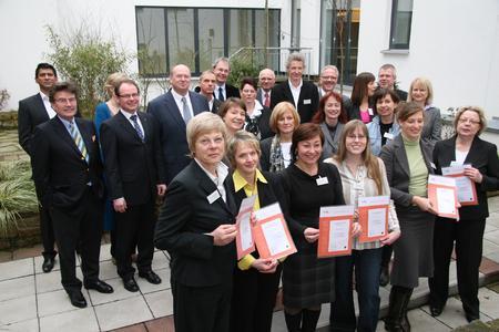 """Die Teilnehmer der ersten Runde des Beratungsprogramms FamUnDo erhielten ihre Auszeichnungen als """"Familienbewusste Unternehmen in Dortmund"""""""