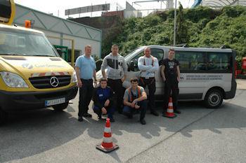 Ein Abschlussfoto der Gebäudereiniger Lehrlinge vor der Gardemann Arbeitsbühnen Mietstation in Essen.