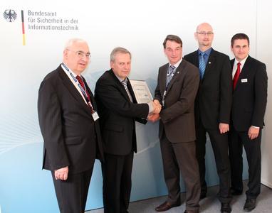 BSI-Abteilungspräsident Bernd Kowalski sowie die INFODAS-Auditoren Dr. Gerhard Weck (v. l.) und Carsten Schulz (r.) gratulieren dem Informationssicherheitsmanager Axel Köster (Mitte) und dem Projektleiter Jan-Peter Schulz (2. v. r.) von der DVZ M-V GmbH zur erfolgreichen Zertifizierung