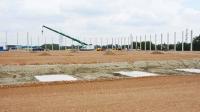 Auf dem 53.520 Quadratmeter großen Baufeld werden insgesamt 233 Betonfertigteilstützen aufgerichtet und verankert. (Quelle: Goldbeck Münster / Carsten Hinnah)