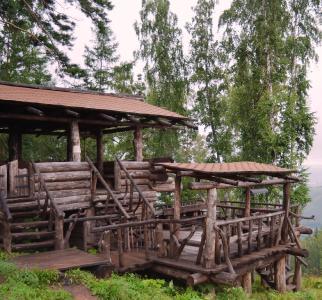 Über den Dächern von Krasnoyarsk: Oberhalb der Stadt gewähren teils überdachte Holzplateaus eines Naturparks einen wundervollen Blick über die Stadt und das Umland. (Foto: Achim Zielke)