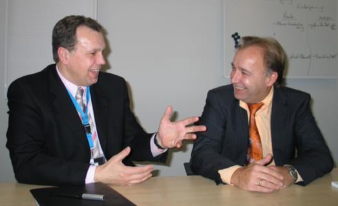 Logistikleiter Herrn Norbert Krüger von Sonepar mit dem Vanderlande Industries Key Account Manager Karl-Heinz Naphausen im Gespräch.