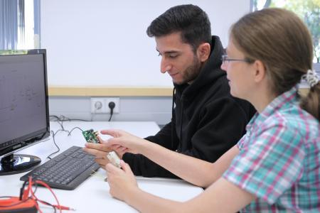 Im Projekt ECo-Harvester wird eine computergestützte Entwurfsmethodik für das Co-Design aus Mechanik und Elektronik für elektrodynamische Vibrations-Harvester erarbeitet. Foto: IMMS.