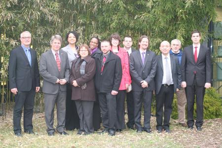 Amerikanische und deutsche Berufsschülerinnen und -schüler sowie Lehrer der KSH und GTC bei ihrem Umicore-Besuch