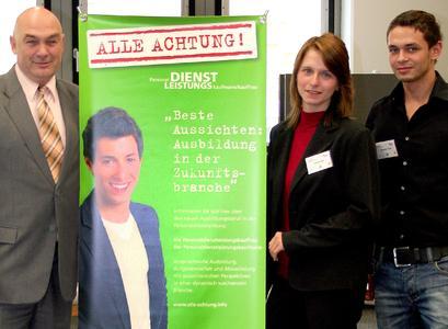 Bastian Hamp mit seiner neuen Kollegin Myriam Bach und Michael Hacker, Bildungsexperte im iGZ-Vorstand (v. r.).