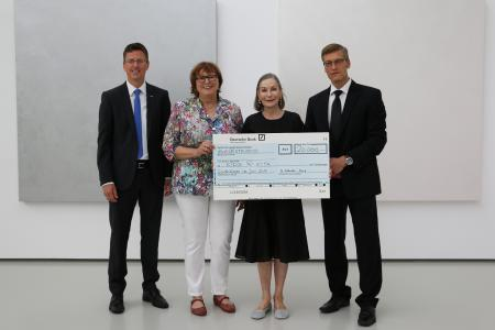 Frank Hartmann (BITZER), Doris Hirsch (kids@kita), Christiane Schaufler-Münch (BITZER) und Michael Strauß (kids@kita) bei der Spendenübergabe
