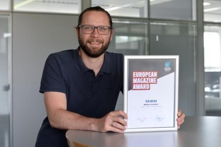 """Benedikt Hofmann, Chefredakteur """"MM Maschinenmarkt"""", mit der begehrten Trophäe. (Foto: S. Michel / VCG)"""