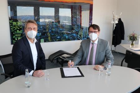 Alexander Zugsbradl (Vorstand Kliniken Bad Bocklet AG) und Steffen Berger (Geschäftsführer ZMI GmbH) unterzeichnen Vertrag zur Digitalisierung des Personalwesens bei den Kliniken Bad Bocklet (v.r.n.l.)
